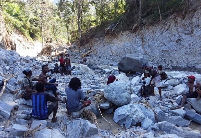 Tim SAR Lokal Desa Kenarimbala Kecamatan Alor Timur Laut melakukan pencarian 12 korban warga Desa Lippang yang masih dinyatakan hilang. Pencarian dilakukan pada Senin (12/4) di wilayah sungai Salbak.
