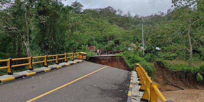 Jembatan Padang Panjang di Alor Timur terputus akibat banjir, Minggu (4/4).