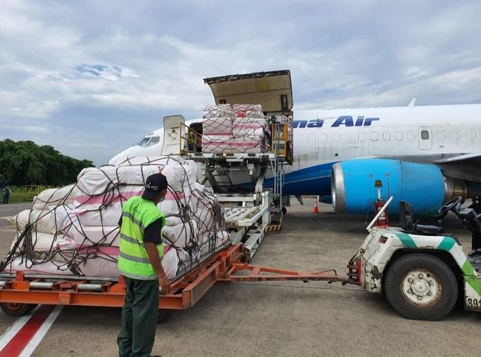 Bantuan Kemensos RI yang disalurkan untuk korban bencana alam di NTB dan NTT pada Senin (5/4) siang. (Foto: Akun Twitter Kemensos RI).