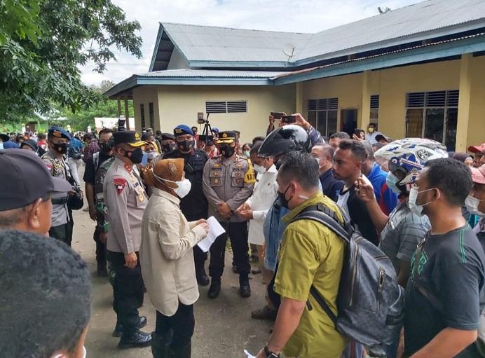 Menteri Sosial Tri Rismaharini mengantar bantuan bencana tiba di Kecamatan Adonara Timur, Kabupaten Flores NTT, Selasa (6/4) siang.