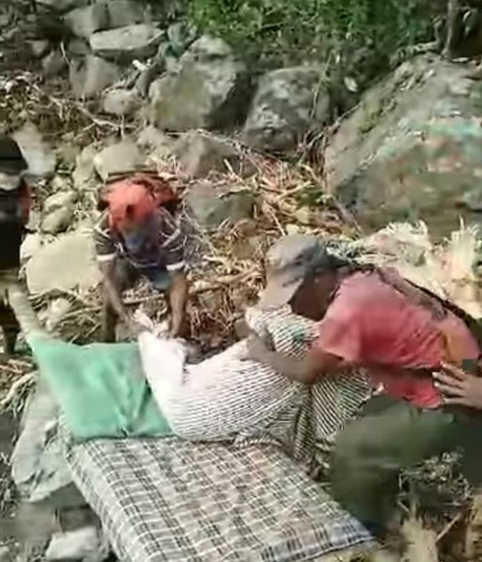 Warga Desa Kenarimbala Kecamatan Alor Timur Laut mengevakuasi satu jasad korban bencana berjenis kelamin perempuan di tepi sungai Salbak pada Rabu (7/4). Jasad itu dibungkus dengan kain lalu diantar ke Desa itu untuk dimakamkan.