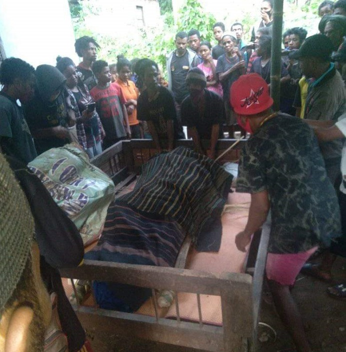 Jenazah korban bencana alam, Ibu Nila Letde-Maure tiba di desa setempat untuk dimakamkan pada Kamis (8/4) siang.