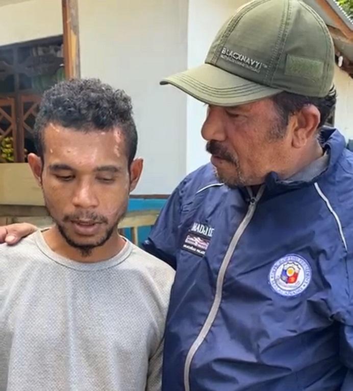 Madjid Nampira berdialog dengan Yan, korban bencana alam di Desa Tamakh. Yan adalah suami dari alm Herlofina Namangjabar dan anak kedua