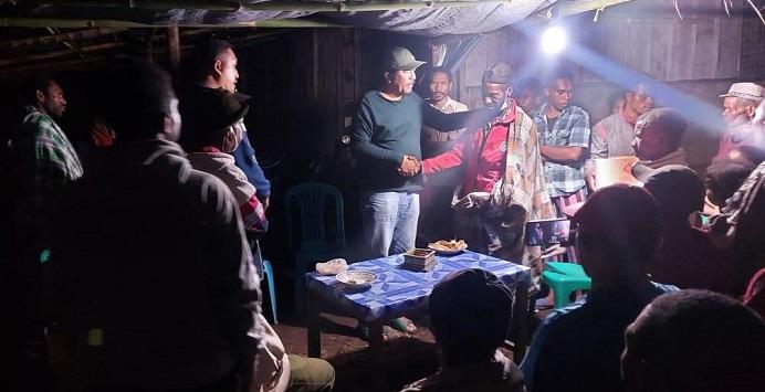 Madjid Nampira serahkan bantuan paket Sembako kepada korban alam di Desa Malaipea Kecamatan Alor Selatan.