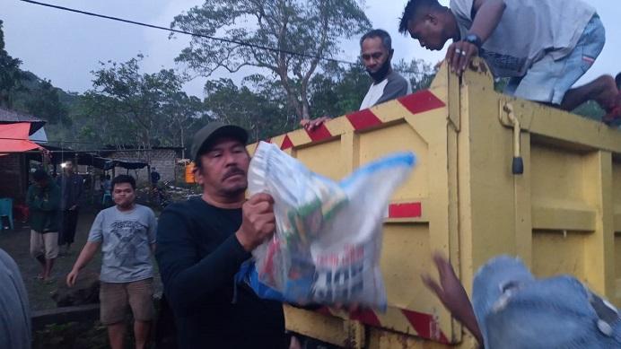 Madjid Nampira membantu relawannya angkut paket sembako untuk disalurkan ke korban bencana di Desa Mainang Alor Selatan.