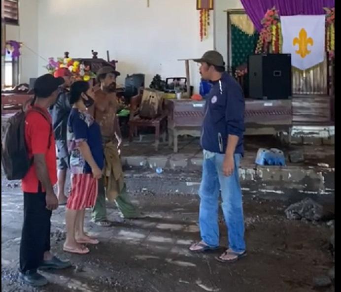 Majid Nampira memantau kondisi Gereja GMIT Imanuel Abangiwang di Desa Nule Kecamatan Pantar Timur yang tertimbun tanah akibat banjir dan tanah longsor. Madjid kemudian memberikan dukungan pada gereja itu agar jemaat di sana bisa cepat beribadah kembali.