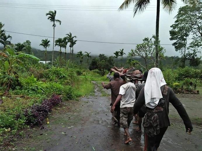 Warga Desa Malaipea, Alor Selatan mengevakuasi korban bencana banjir bandang dan tanah longsor pada Senin (5/4) di desa itu. Tercatat ada 7 orang dilaporkan meninggal dunia. (Foto: Yerita Maniley).