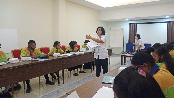 Ketua Tim Penguji Lembaga Sertifikasi Profesi (LSP), Ni Ketut Natih Wardani, memberikan ujian kompetensi keahlian (UKK) kepada Siswa SMK Negeri Kokar, Kamis (22/4) di Aula Simphony Hotel, Kalabahi.