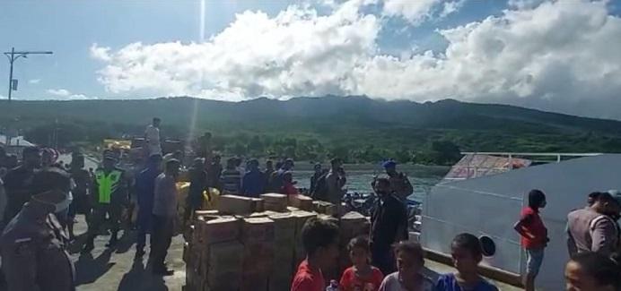 Bantuan 6 ton sembako dari Kapolri Jenderal Listyo Sigit Prabowo tiba di pelabuhan Maritaing sekitar pukul 15.00 WITA.