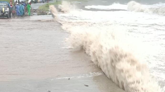 Badan Jalan Nasional Kalabahi-Maritaing di Sibone Kecil Desa Lembur Timur Kecamatan Lembur, Kabupaten Alor NTT, juga dihantam ombak besar.