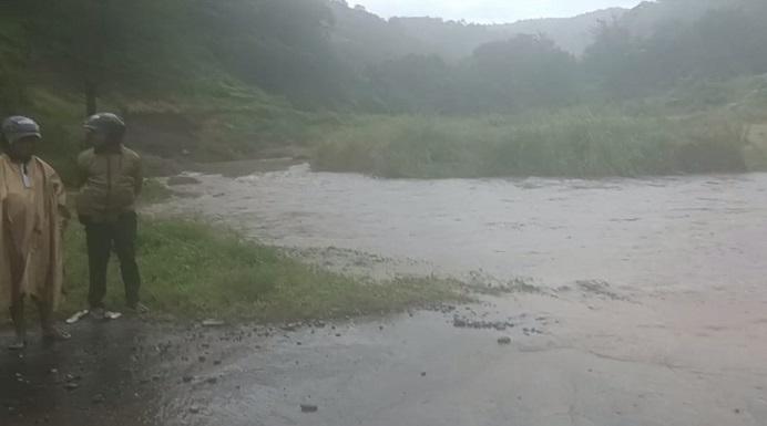 Banjir yang mengahntam badan jalan Nasional Kalabahi-Maritaing di Sibone Kecil Desa Lembur Timur, Jumat (2/4/21) siang.