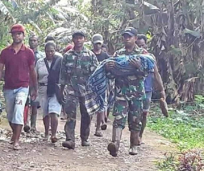 Anggota TNI Kodim 1622/Alor menggendong jenazah anak berusia 8 bulan yang berhasil dievakuasi dari timbunan tanah longsor di Desa Malaipea, Alor Selatan, Rabu (7/4) petang.