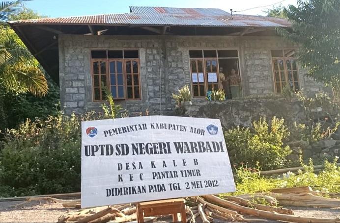 Rumah Joy Meriwaty Puling yang digunakan 7 siswa kelas VI SD Negeri Warbadi Desa Kaleb untuk ujian sekolah.