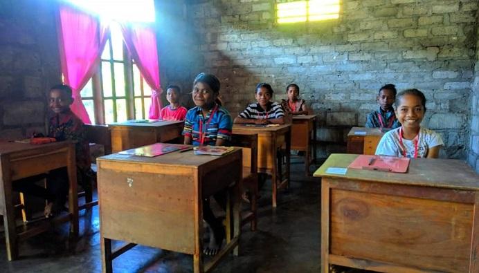 7 siswa di SD Negeri Warbadi Desa Kaleb Kecamatan Pantar Timur Kabupaten Alor, NTT, mengikuti ujian sekolah dari rumah hari kedua pada Selasa (20/4). Ujian dari rumah karena bangunan sekolah mereka hancur tertimpa badai Seroja pada Minggu (4/4).