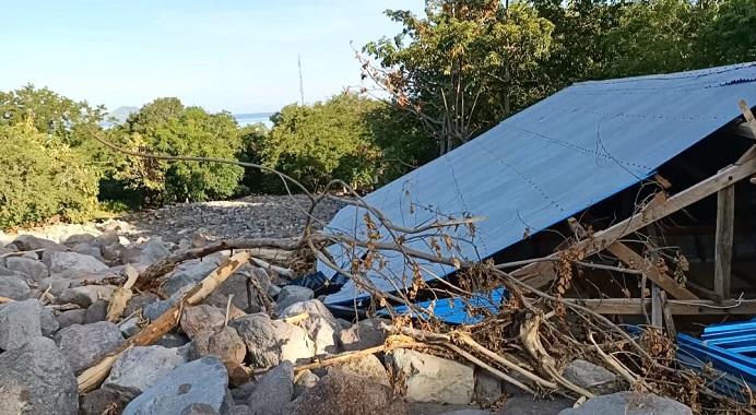 Gedung Kantor SD N Warbadi Desa Kaleb Pantar Timur Alor NTT yang tertimpa material batu besar setinggi sekitar 8-10 meter akibat banjir bandang dan tanah longsor di desa itu pada Minggu (4/4).