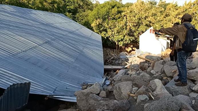 Gedung Kelas SD N Warbadi Desa Kaleb yang tertimpa material batu besar setinggi sekitar 8-10 meter akibat banjir bandang dan tanah longsor di desa itu pada Minggu (4/4).