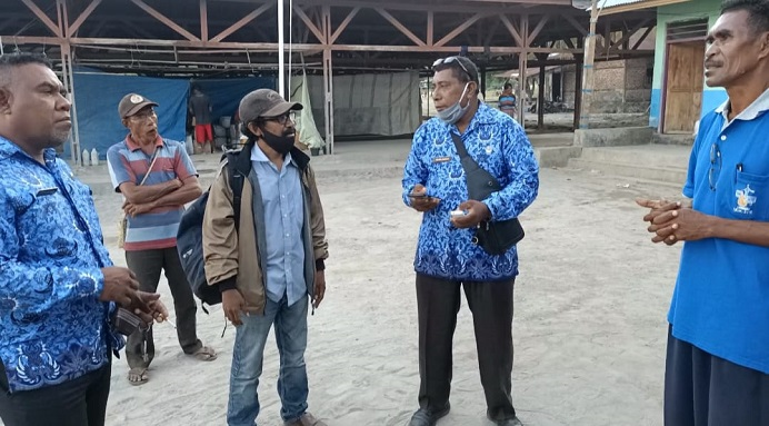 Kepala Desa Kaleb Onisius Tuati (kanan), Kabid PAUD Dinas Pendidikan Alor, Bahlawan (kedua kanan) dan Kasubag Program Diknas Alor Hans Kawa (ujung kiri) ketika diwawancarai wartawan, Senin (19/4) di Desa Kaleb, Pantar Timur.