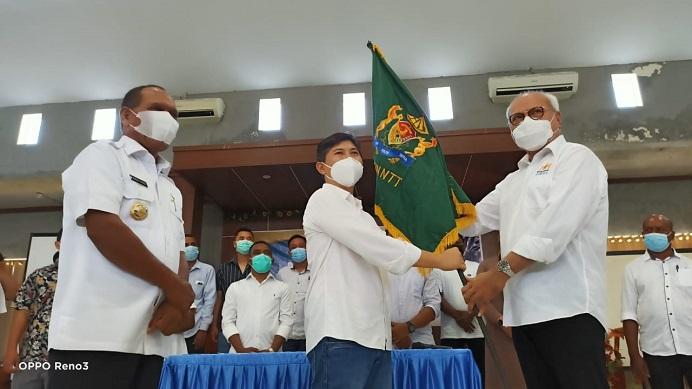 Ketua KADIN NTT Abraham Liyanto (kanan) menyerahkan bendera KADIN kepada Ketua KADIN Alor Denny Lalitan (tengah) usai pengkuhan pengurus KADIN Alor Periode 2021-2026. Acara penyerahan bendera itu disaksikan Bupati Alor Drs. Amon Djobo (kiri), di Aula Kopdit Citra Hidup Kalabahi.