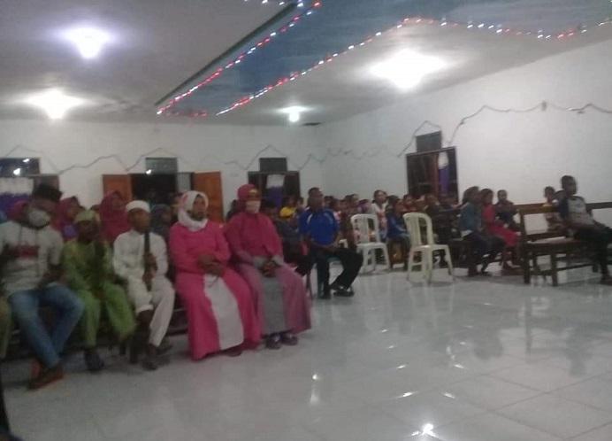 Jamaah Masjid Rahmatulah Lanleki dan Jemaat GMIT Sion Lola sedang mengikuti ibadah Pelepasan Pawai Takbiran Ramadan 1442 H dan Pawai Kenaikan Yesus Kristus di Gereja GMIT Sion Lola pada Selasa (12/5/2021) malam.
