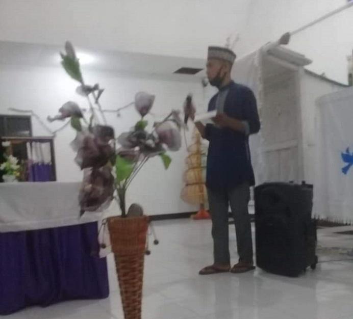 Tokoh Pemuda Lola Desa Probur Utara menyampaikan arahan singkat sebelum pelepasan Pawai Takbiran Ramadan 1442 H dan Pawai Kenaikan Yesus Kristus ke Surga, Rabu (12/5/2021) malam.