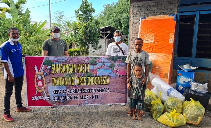 Notaris Alor, Abimayu (kedua kiri) dan Tim PKBM Alor Indah menyerahkan bantuan PP-INI dan PW INI NTT di Lembur Kecamatan Lembur.