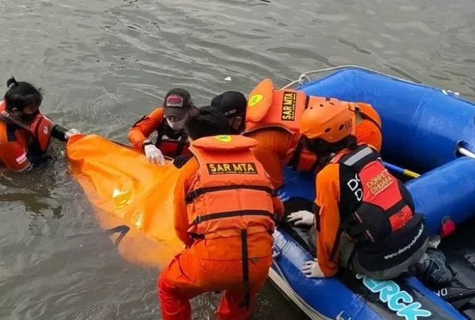 Gambar Ilustrasi: Tim SAR temukan jenazah Remaja di Ciliwung. (Sumber: Kompas.com).