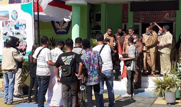Sekretaris Diknas Alor Mesak A. Malailak berdialog dengan Mahasiswa Pantar Timur yang menuntut Pemerintah segera bangun gedung baru SD Jirtag yang hancur diterpa badai angin kencang.