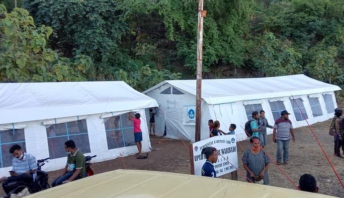 Tenda darurat belajar bantuan Kemendiknas di SD Negeri Warbadi Desa Kaleb Kecamatan Pantar Timur. Sekolah itu merupakan salah satu dari 38 sekolah yang mengalami rusak berat diterpa badai Seroja pada April lalu. (Foto: Relawan Pemuda Alor).