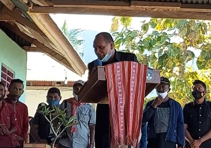 Bupati Alor Drs. Amon Djobo membungkuk sambil minta maaf kepada Menteri Sosial Tri Rismaharini, ketika kunjungan kerja di Desa Kaleb, Pantar Timur, Alor, tanggal 4 Mei 2021.