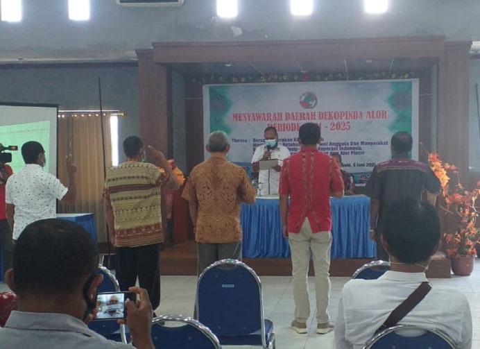 Bupati Alor Drs. Amon Djobo melantik Pengurus Dekopinda Alor Periode 2021-2025, Sabtu (5/6/2021) di Aula Kopdit Citra Hidup Kalabahi.