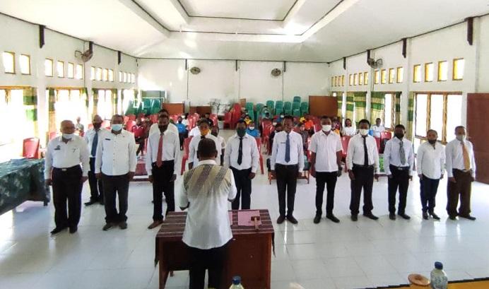 Suasana pelantikan pengurus FOPI Alor oleh Ketua KONI Alor Drs. Amon Djobo , Sabtu (5/6) di aula Diknas Alor, Mola.