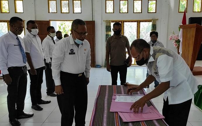 Ketua KONI Alor Drs. Amon Djobo (kanan) menandatangani berita acara pelantikan Pengurus FOPI Alor Periode 2021, Sabtu (5/6) di aula kantor Diknas Alor, Mola. Acara penandatanganan itu disaksikan Ketua FOPI Alor Albert N. Ouwpoly.