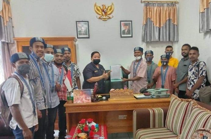 Ketua GMKI Kalabahi Kalfin R. Karbeka menyerahkan pernyataan sikap GMKI soal polemik relokasi pasar kepada Ketua DPRD Alor Enny Anggrek usai berdialog dengannya di kantor DPRD, Batunirwala.