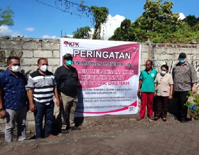 KPK Sidak ke aset PT Sinar Mas di Bungawaru, Kalabahi, Jumat (25/6/2021). Usai sidak, KPK memasang Plank peringatan tunggakan pembayaran pajak timbunan material galian C di lokasi itu.