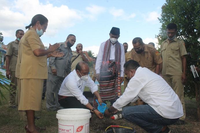 Kadis Pendidikan Provinsi NTT Linus Lusi Making juga berkesempatan menanam pohon di halaman SMK N 01 Kalabahi.