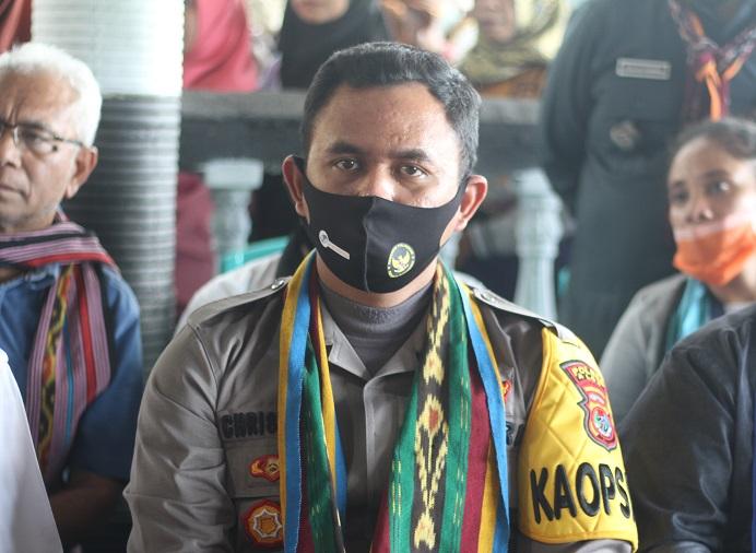 Kapolres Alor AKBP Agustinus Chrismas Try Suryanto, S.IK, ketika menghadiri acara pembukaan Festival Al-Quran Tua di Desa Alor Besar, Agustus 2020.