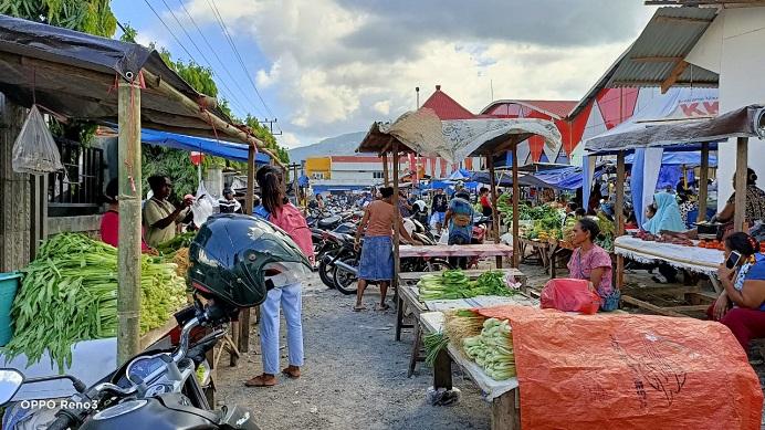 Gbr: Suasana perdagangan di Pasar Lipa Kalabahi pasca 753 pedagang Pasar Kadelang direlokasi pemerintah pekan lalu.