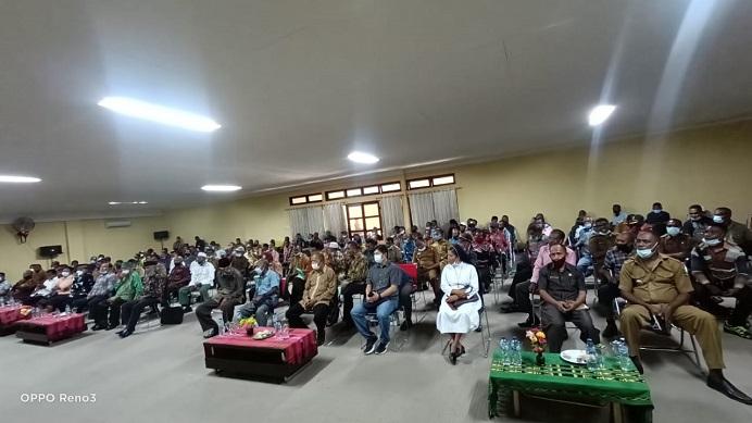 Tokoh agama, tokoh masyarakat dan tokoh pemuda, menghadiri rapat membahas perdamaian antara Ketua DPRD Alor Enny Anggrek dan Bupati Amon Djobo, Senin (21/6/2021) di aula kantor Bupati Alor, Batunirwala.
