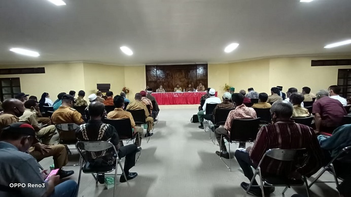 Sekda Alor Soni O. Alelang sedang memimpin rapat para tokoh agama, tokoh masyarakat dan tokoh pemuda, membahas perdamaian antara Ketua DPRD Alor Enny Anggrek dan Bupati Amon Djobo, Senin (21/6/2021) di aula kantor Bupati Alor, Batunirwala.