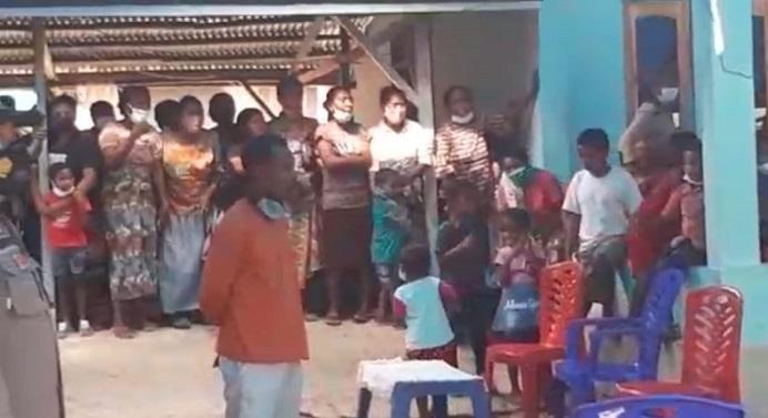 Jenazah Habel Halenti (30), tiba di kampung halamannya di RT 8 RW 4, Dusun 2 Desa Lawahing, Kecamatan Kabola, Kabupaten Alor, Minggu (6/6/2021) pagi. Tangis keluarga pecah saat jenazah tiba menggunakan Mobil Ambulance RSUD Kalabahi.