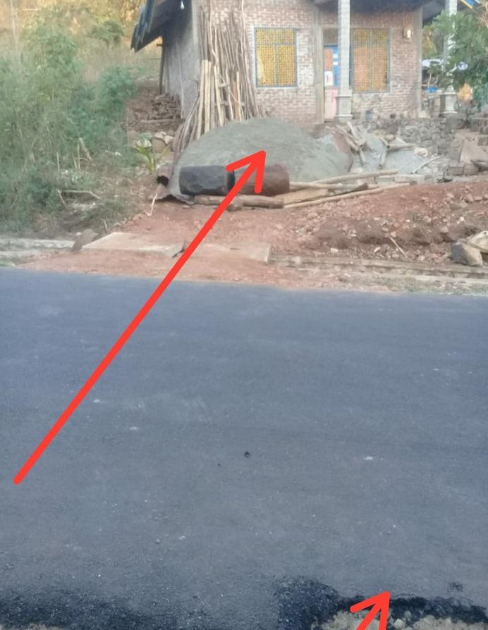 Foto: Bibir jalan Provinsi di Desa Wolwal yang patah akibat putaran truk yang melintasi ketika mengangkut pasir ke rumah staf PU Alor bernama Temi. (Foto: doc PT Karya Baru Calisa).