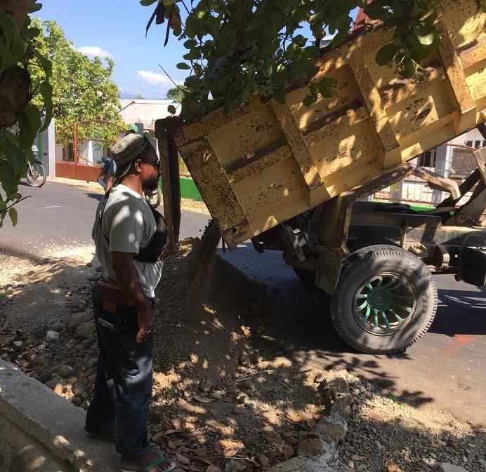 Foto: Truk PT Karya Baru Calisa sementara membongkar material tanah putih di lokasi proyek untuk kelanjutan pekerjaan jalan di Desa Wolwal. Foto diambil pada Jumat, (30/7/21) pagi.
