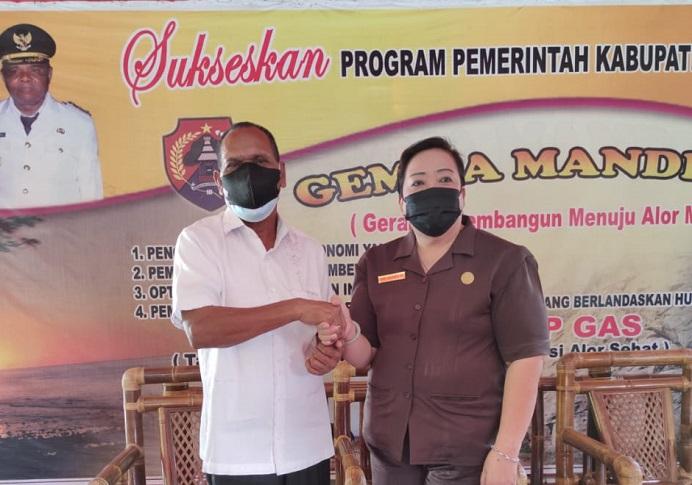 Bupati Alor Drs. Amon Djobo (kiri) dan Ketua DPRD Alor Enny Anggrek berjabat tangan erat usai difasilitasi berdamai oleh Tim 9 di Rumah Jabatan Bupati Alor, Kalabahi Kota, Jumat (9/7/2021) pagi.