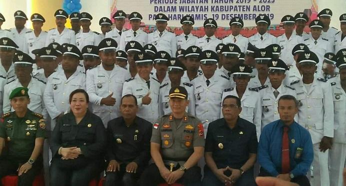 Foto: Bupati Alor Drs. Amon Djobo (tengah), Wakil Bupati Imran Duru (kedua kanan), Ketua DPRD Enny Anggrek (kedua kiri) foto bersama Kepala Desa usai acara pelantikan Kepala Desa di gedung perjuangan Batunirwala tahun 2019.