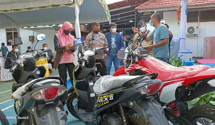 Tim Pengawa Barang di dampingi Pinca BRI Kalabahi Yosua, sedang mengecek kualitas barang undian sesaat sebelum acara undian panen hadiah Simpedes BRI digelar, Sabtu (24/7/21).