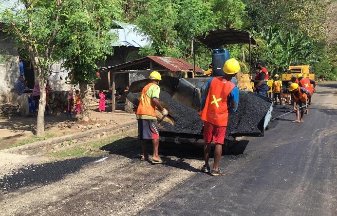 Foto: PT. Karya Baru Calisa saat mengerjakan proyek jalan Provinsi di Desa Wolawal Tengah, tanggal 22 Juni 2021.