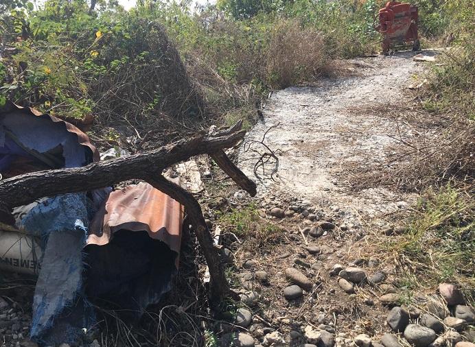 Foto: Kondisi pekerjaan proyek jalan ekonomi Desa Wolwal Tengah yang diduga bermasalah. Nampak sejumlah semen yang sudah mengeras dan mesin molen berada di lokasi proyek. Proyek yang bersumber dari Dana Desa TA 2019 itu disebut-sebut dikerjakan oleh kontraktor bernama Aisa.