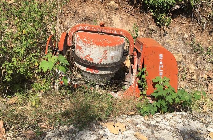 Foto: Mesin molen yang sudah lama berada di lokasi proyek pekerjaan jalan ekonomi di Desa Wolwal Tengah.