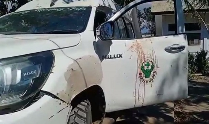 Foto: Mobil Ambulance Puskesmas Maliang Pantar Tengah yang ditumpangi para Nakes, mengalami rusak berat akibat diserang orang tidak dikenal pada Sabtu (31/7/21) malam.