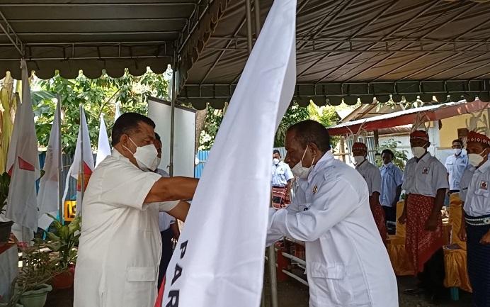 Esthon Foenay menyerahkan bendera partai kepada Ketua DPC Gerindra Alor Yusak Atamau dalam acara pelantikan, Sabtu (28/8) di Sekretariat Gerindra Alor, Kalabahi Tengah.